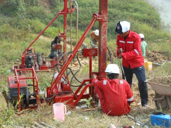 PT. BUMI INDONESIA mengerjakan instalasi dan perawatan instrument geoteknik, diantaranya :
